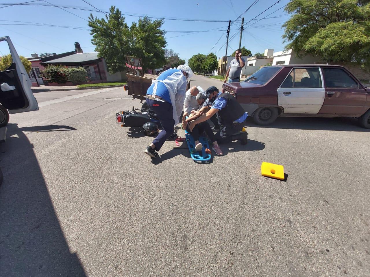 Trasladan a una joven mujer al hospital tras un accidente en calle 35 y 20