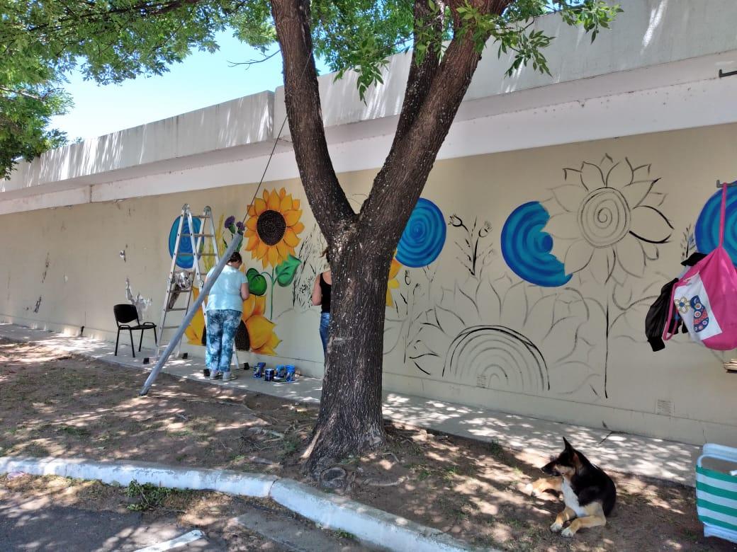 Muralistas piquenses le dieron color a las paredes de Médano, el tapial del Cementerio y la Plaza San Martín