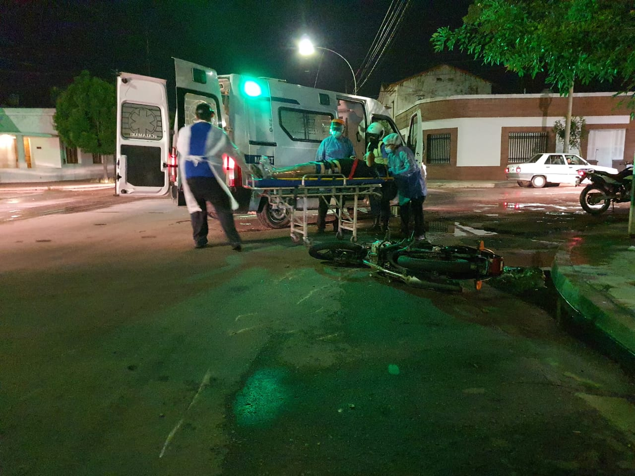 Accidente en calle 7 esquina 18: Un joven cayó de su moto y fue trasladado al Hospital con posible fractura en una de sus piernas