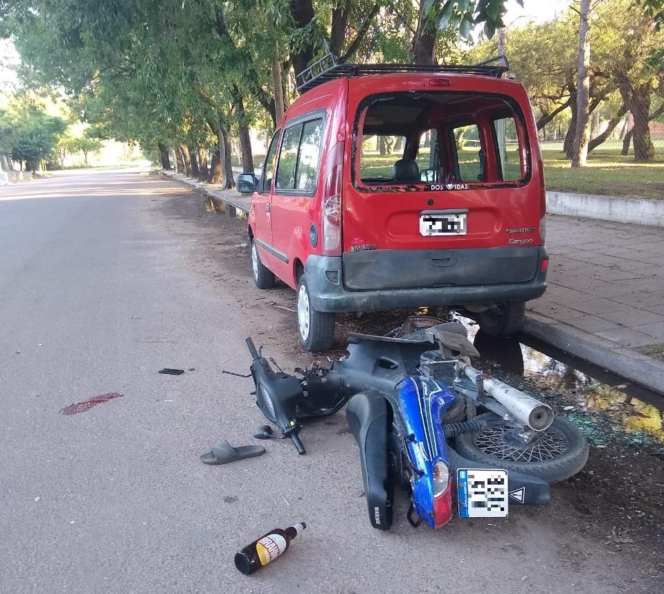 Motociclista se chocó una camioneta estacionada en calle 108 y Fraternidad: Fue trasladado inconsciente al Hospital