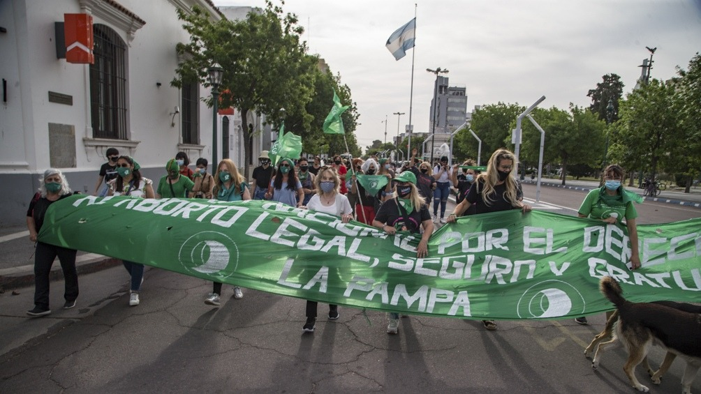 """""""Caravana verde"""": Un centenar de mujeres se congregaron en La Pampa y otras provincias para exigir que se apruebe este año el aborto legal"""