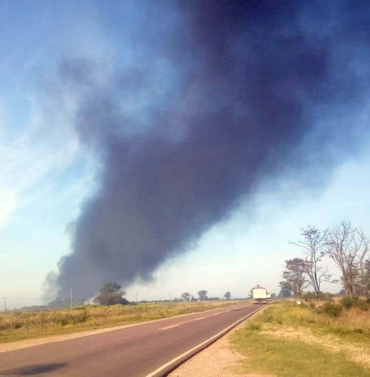 Una densa  estela de humo negro sobre la ruta provincial 1 camino a Trebolares