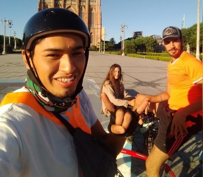 Estudiante viajó 700 kilómetros en bicicleta hacia una localidad del norte de La Pampa para volver a ver a su familia