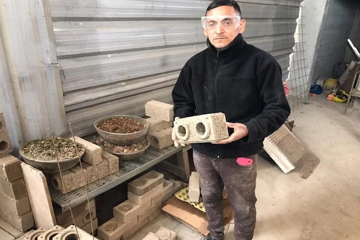 Inventó ladrillos de cartón para poder terminar su casa y ahora los usan en edificios públicos