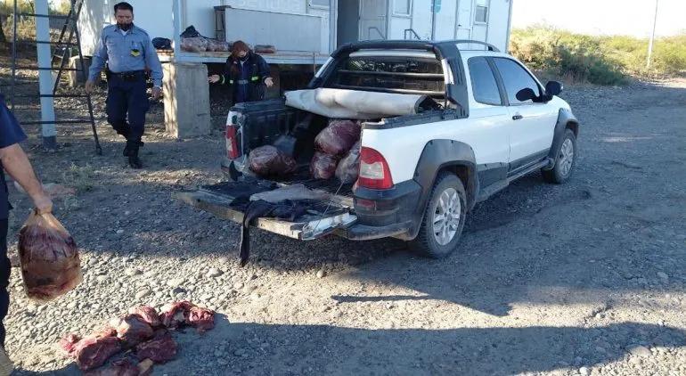 Salió desde La Pampa y lo atrapó la Policía cuando quiso entrar a Río Negro con media tonelada de carne ilegal