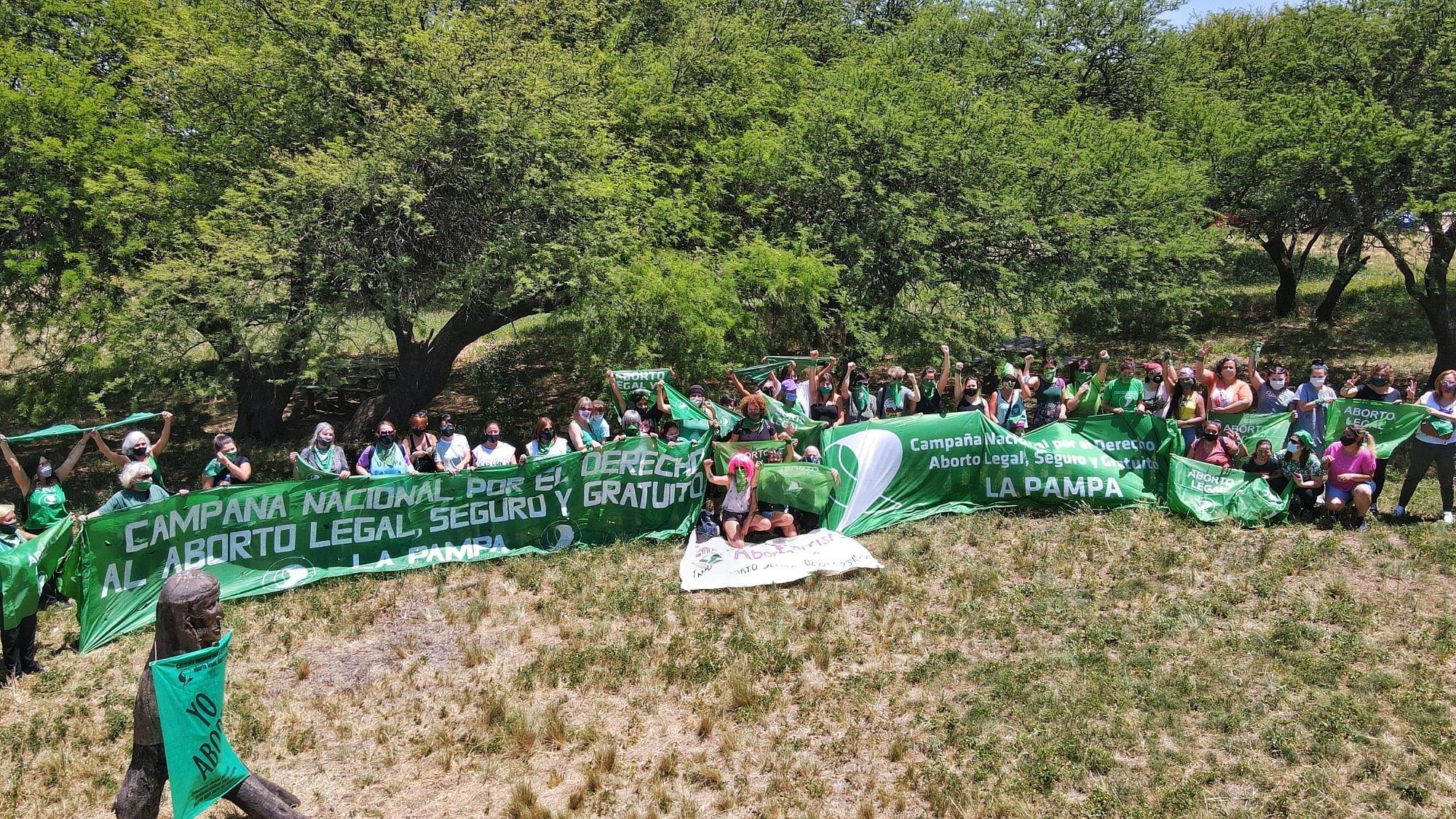 """Postal """"bien pampeana"""" y distintos murales para reclamar por el aborto legal: """"Entre el verde de nuestros caldenes, ¡el verde de nuestros pañuelos en alto!"""""""