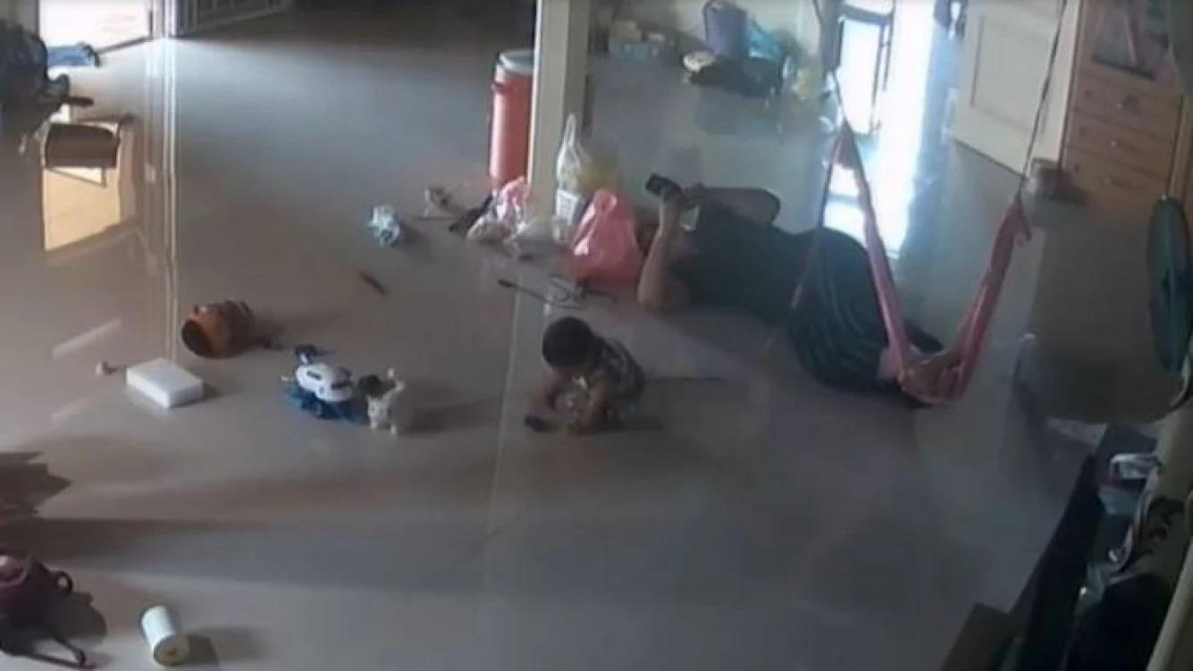 Una madre salva a su bebito de la mordida de ciempés venenoso gigante