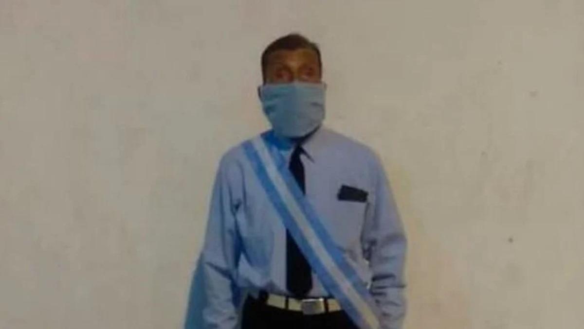 Un ejemplo de vida: Don Gonza tiene 70 años y es el abanderado de una escuela de Jujuy