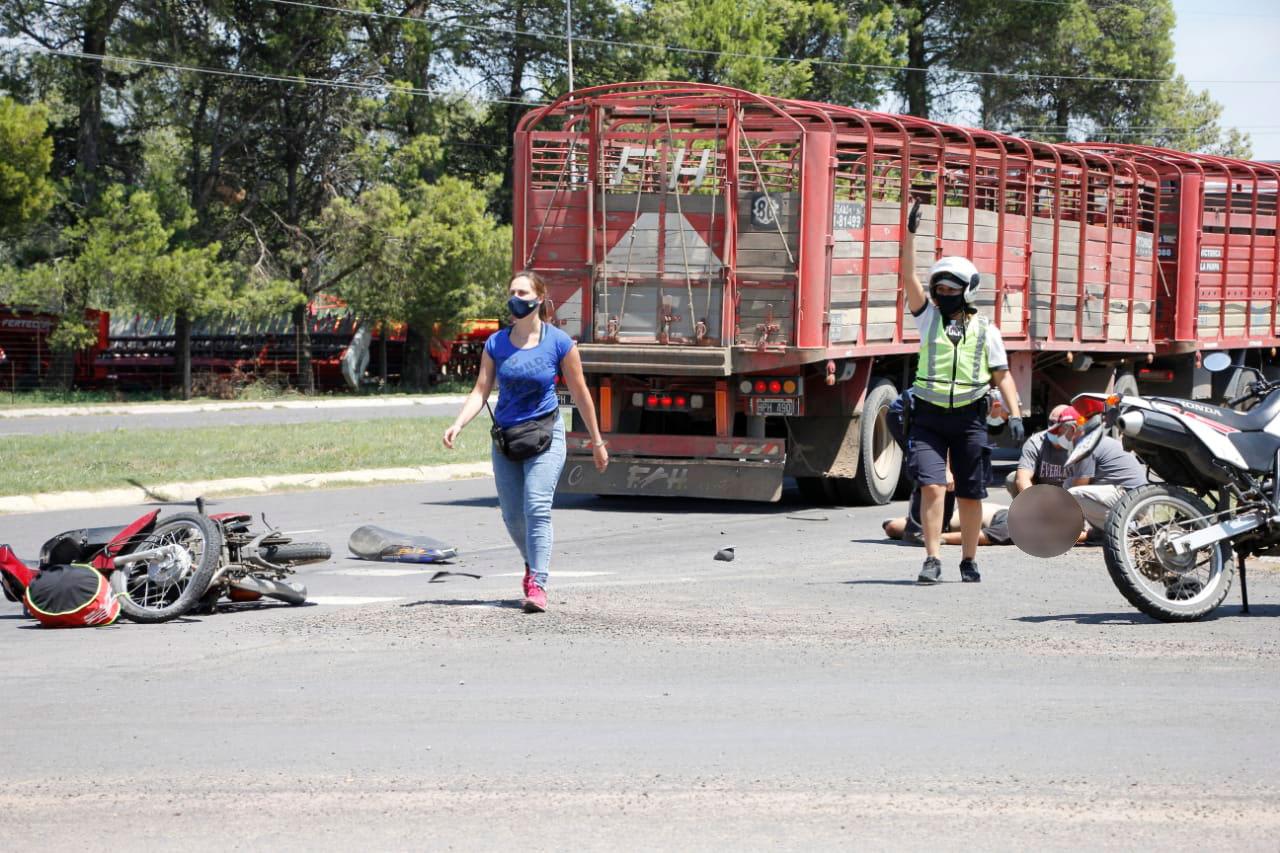 Un motociclista en gravísimo estado al chocar con un camión