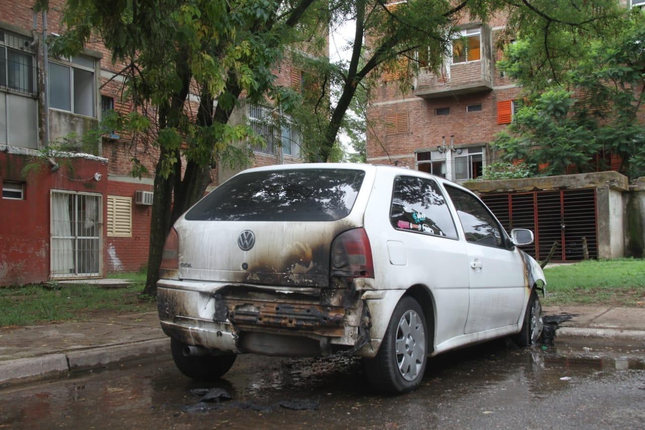 Incendio intencional de un auto en barrio Malvinas: Finalmente un menor de 16 años fue el autor del hecho y las mujeres fueron liberadas
