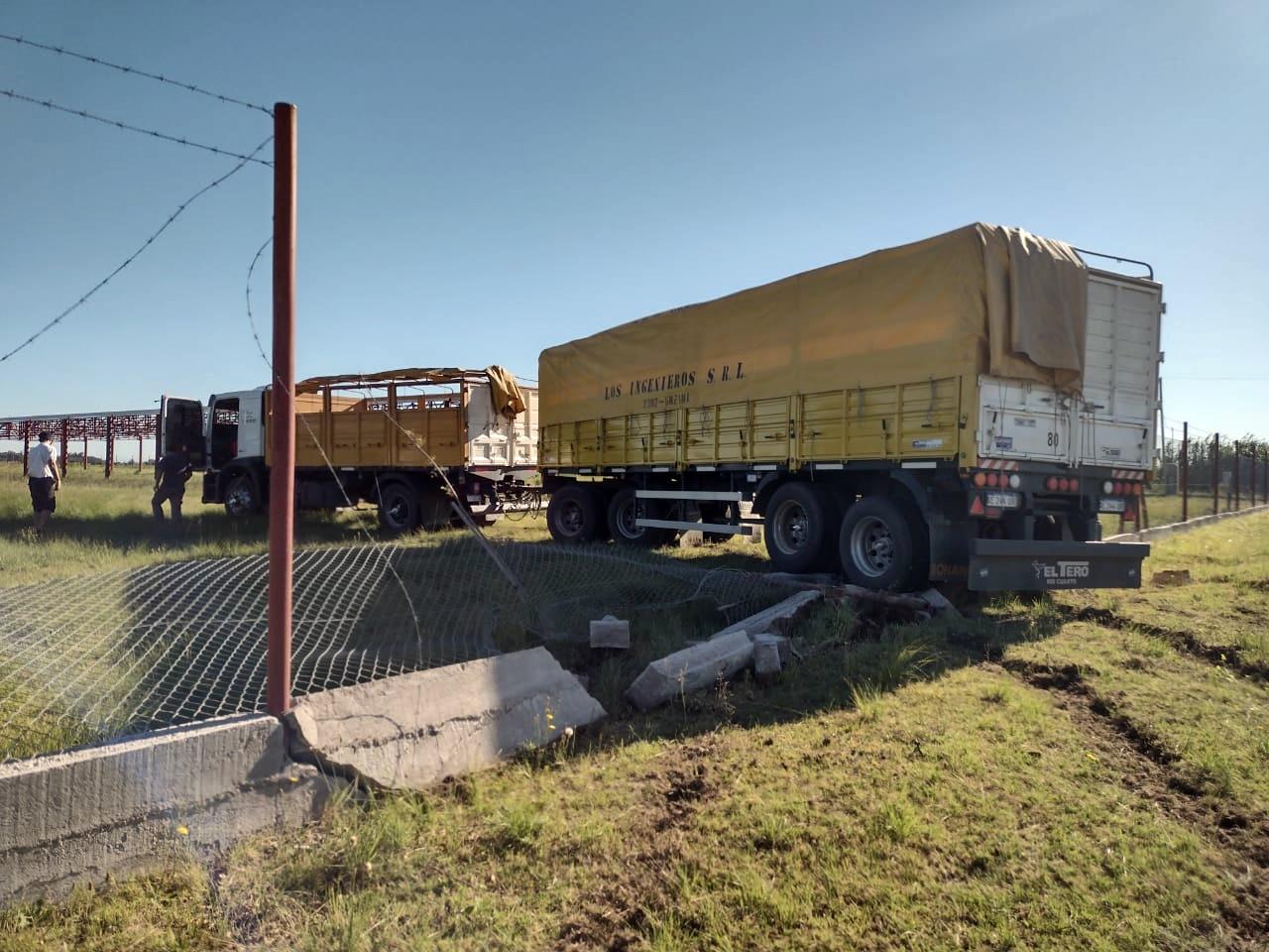 Un camión con acoplado tuvo un desperfecto en la dirección hidráulica y terminó dentro de un predio camino a la laguna