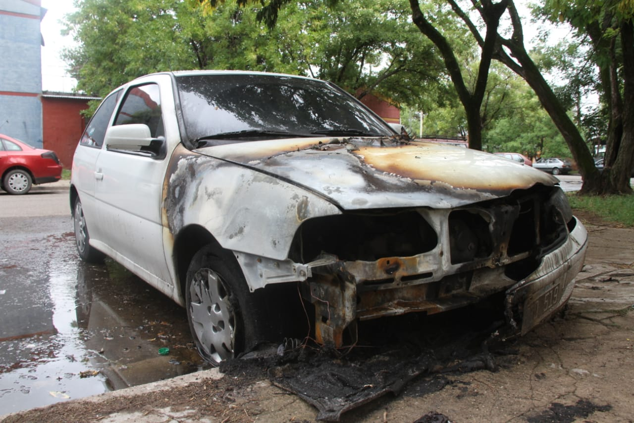 Dos mujeres fueron demoradas por el incendio intencional de un auto en barrio Malvinas
