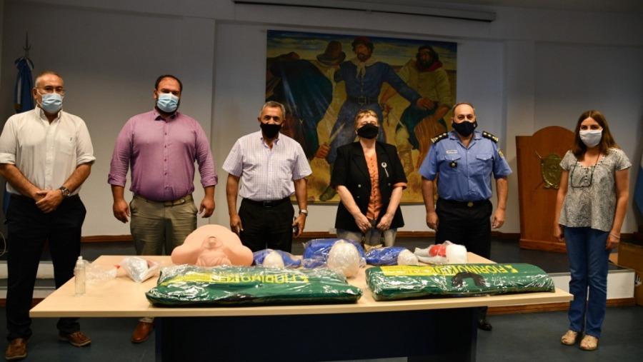 Entregaron muñecos para prácticas de RCP en el Instituto Superior Policial