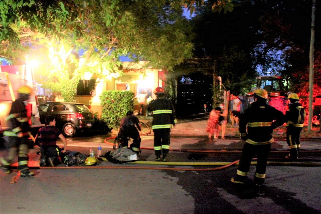 General Pico: Tres dotaciones de Bomberos sofocaron un incendio de vivienda