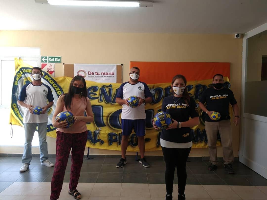 """La Peña boquense """"Roberto Mouzo"""" donó pelotas de fútbol a los niños de la Fundación """"De tu mano"""""""