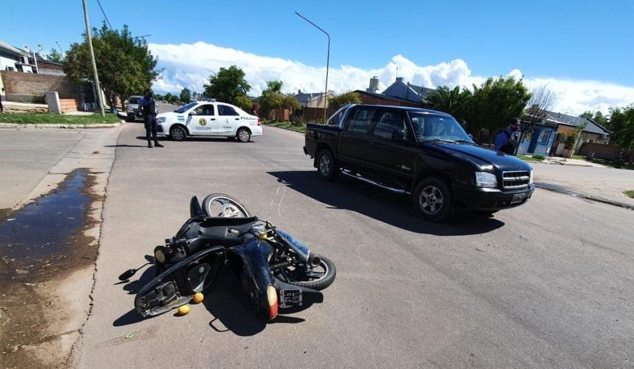 Choque entre una pick-up y una moto en barrio Federal: Una mujer fue asistida y trasladada al Hospital