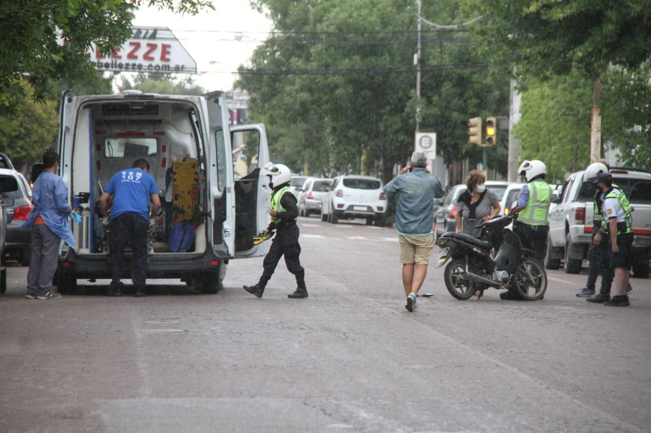 Accidente entre auto y moto en el centro de General Pico: Padre e hijo fueron hospitalizados