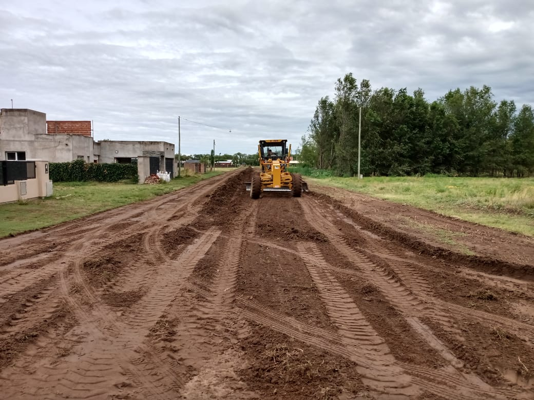 Tras las lluvias, realizan mantenimiento en calles de tierra y limpian los canales en General Pico