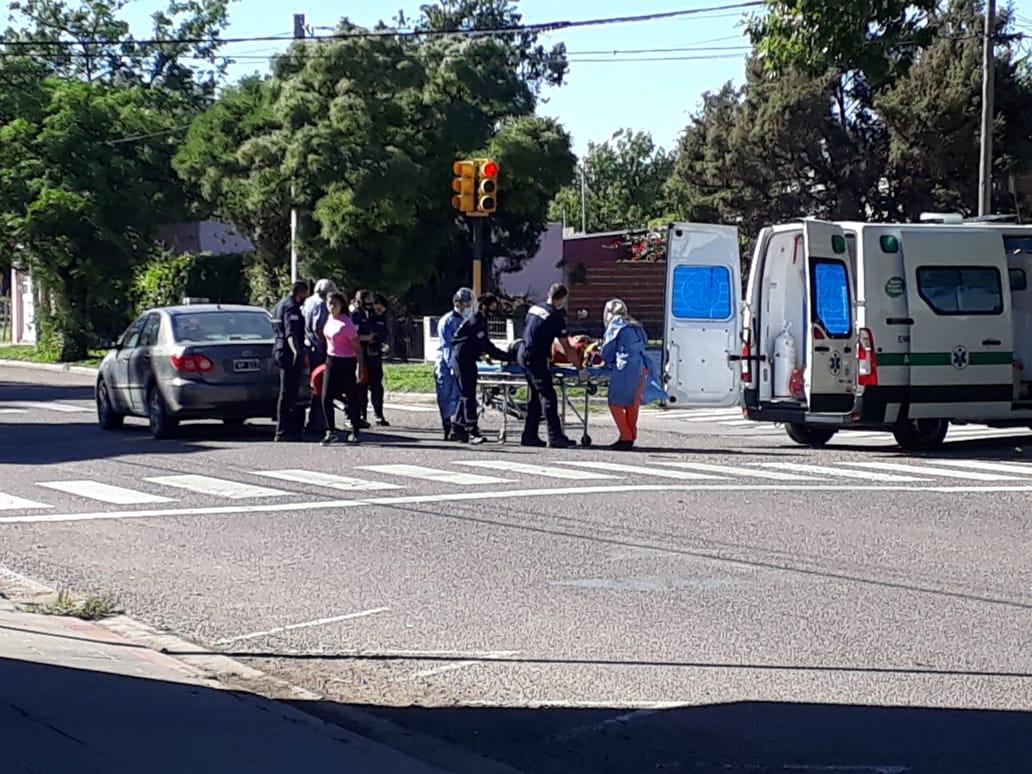 Una mujer fue hospitalizada tras accidente entre bicicleta y auto