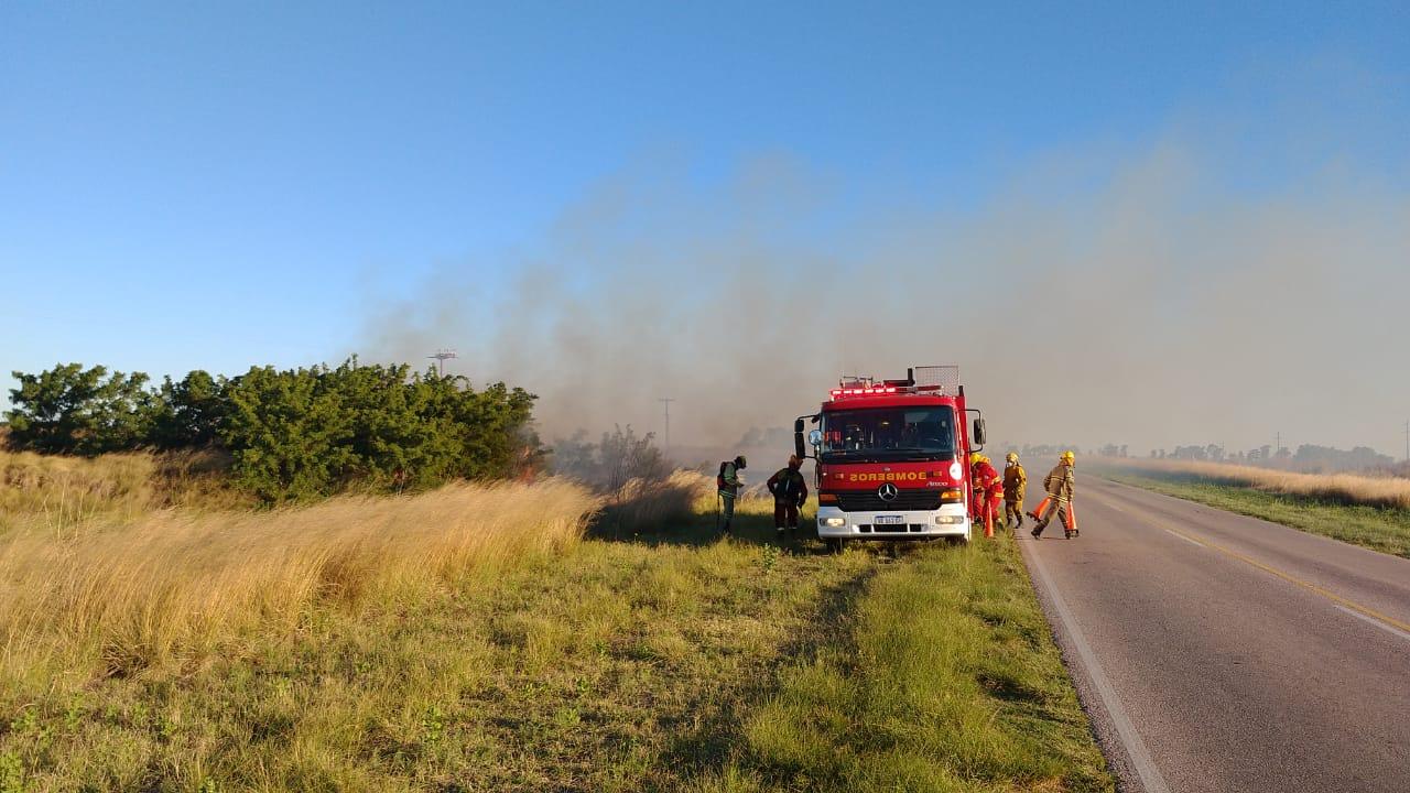 Incendio de banquina en la ruta que une General Pico y Speluzzi