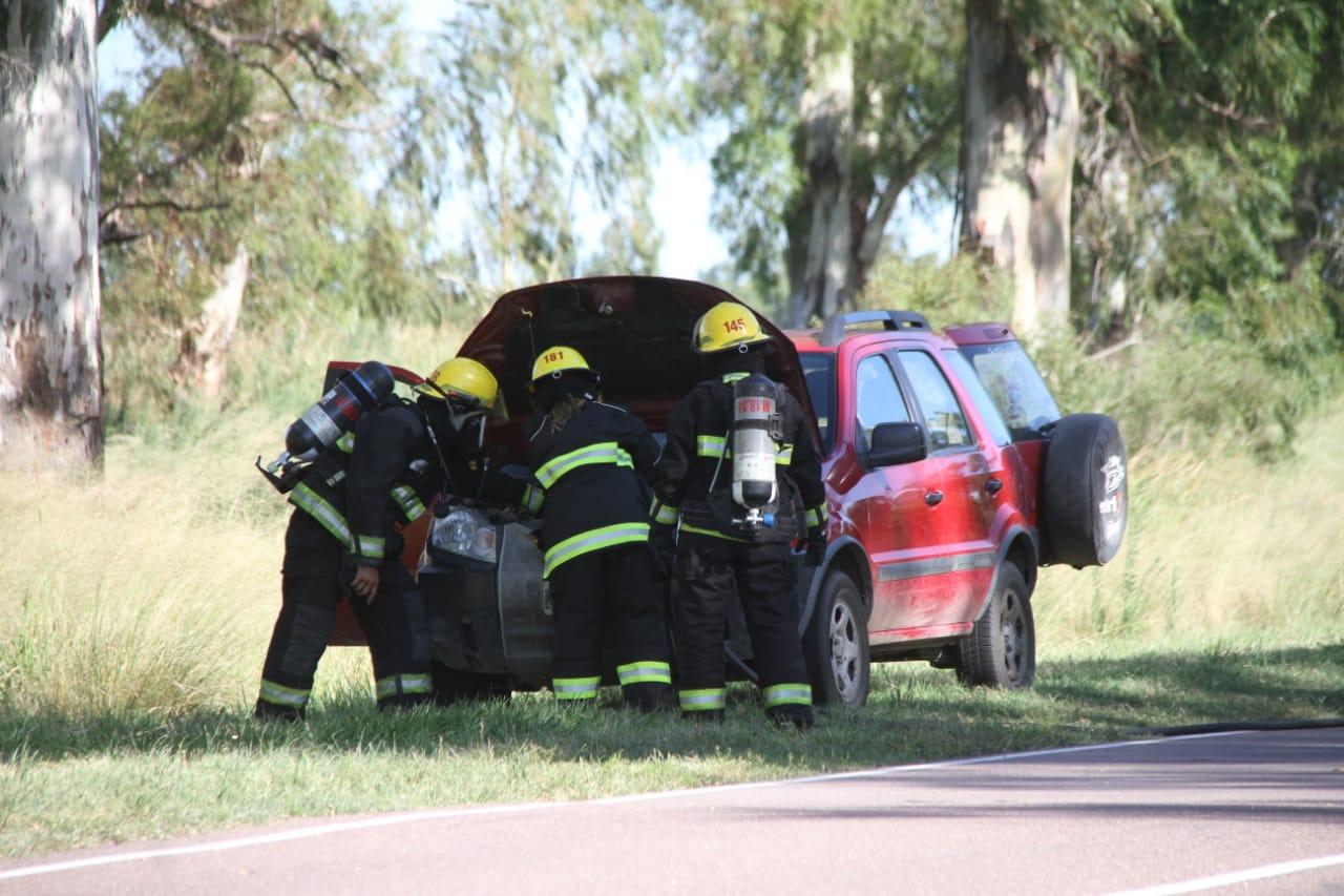 Bomberos trabajaron sobre un principio de incendio de una camioneta en Ruta 1 camino a Dorila