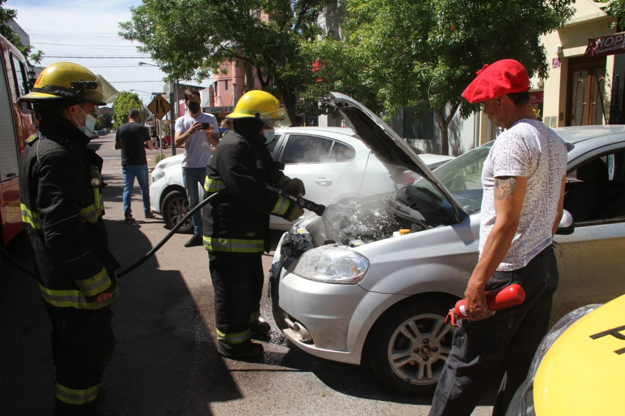 Controlan un principio de incendio de un auto en pleno centro de General Pico