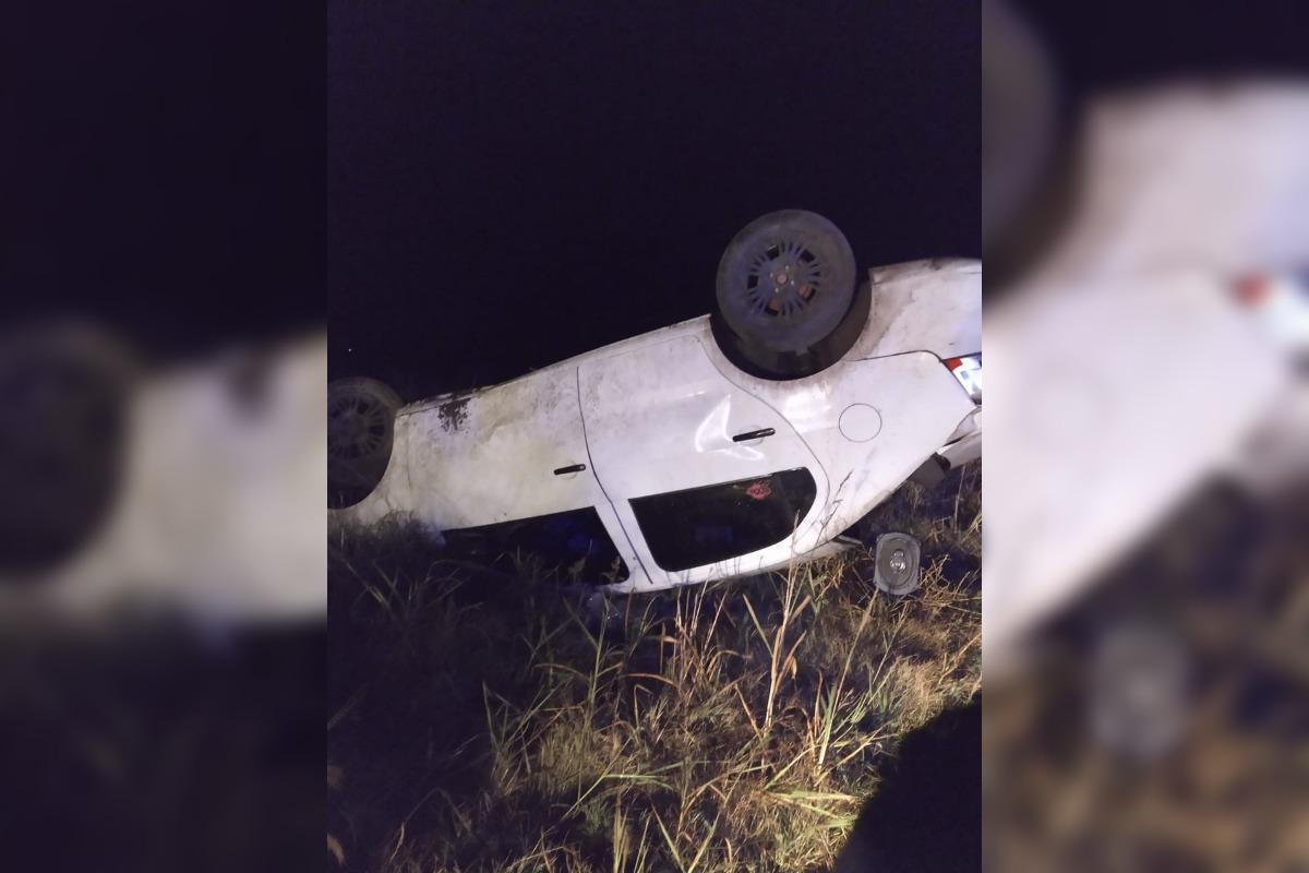 5 personas a bordo de un auto huyeron de la policía y terminaron volcando en cercanías de Pueblo Nuevo