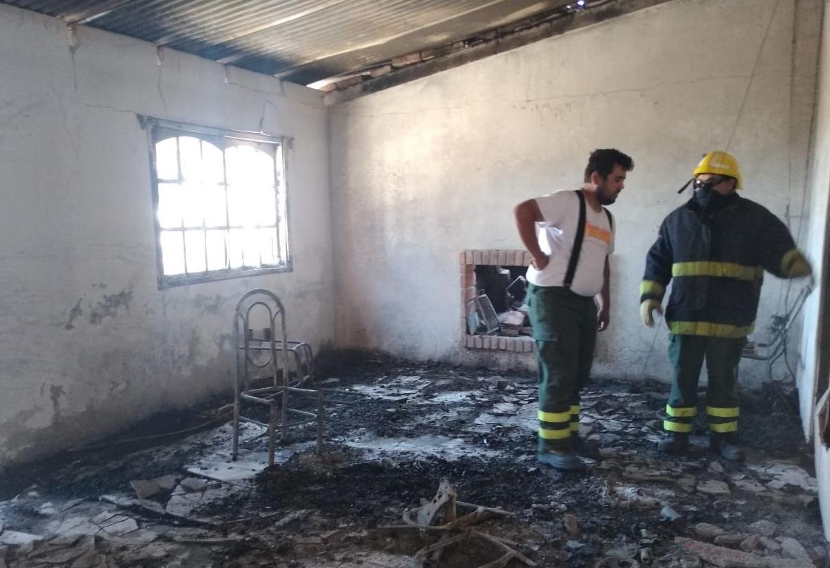 La Pampa: Familia auxiliaba a un motociclista que necesitaba combustible, pero la nafta cayó en el suelo y generó un incendio que destruyó la vivienda