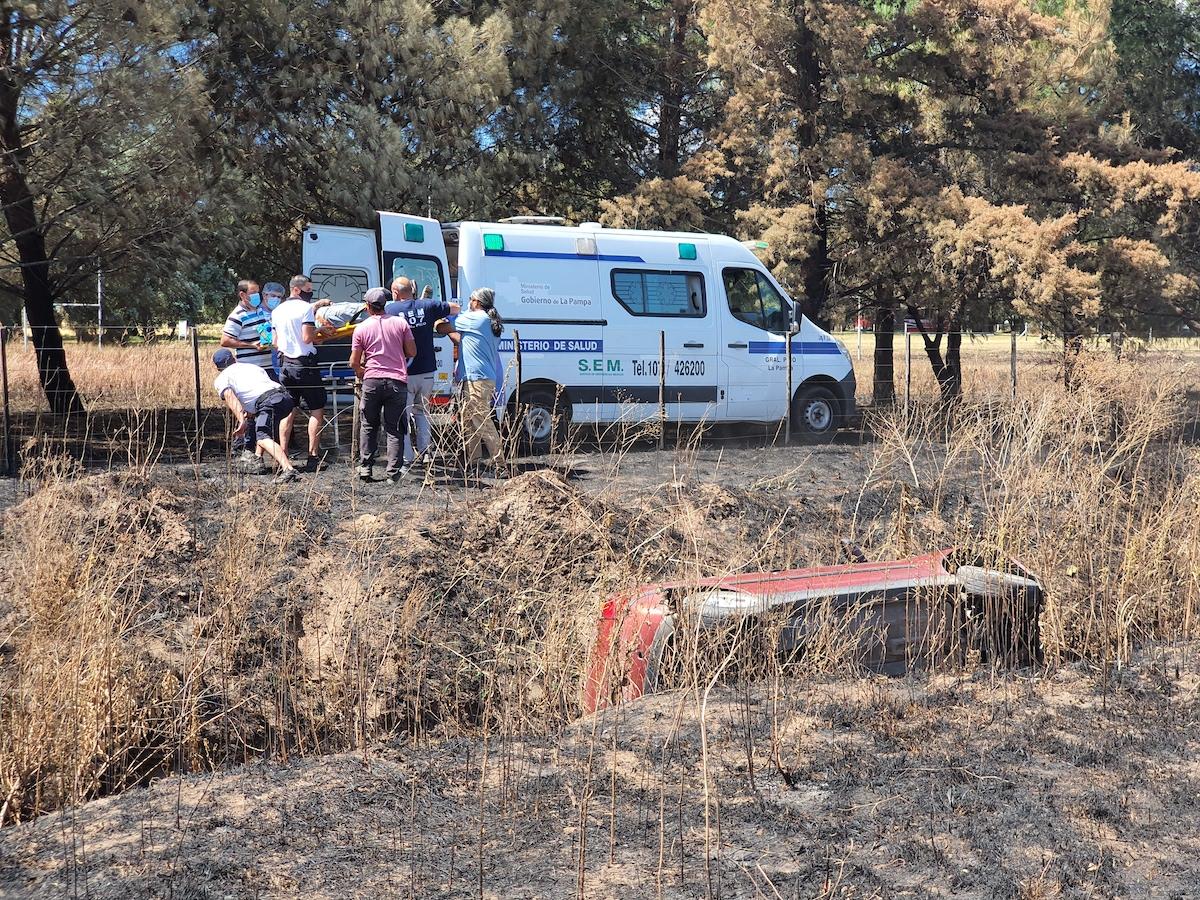 Automovilista perdió el control del auto, volcó y terminó en un zanjón gravemente herido en el rostro