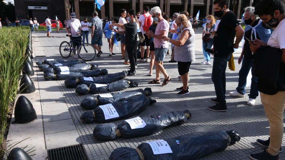 """#27F: Pusieron bolsas mortuorias de los """"vacunados VIP"""" frente a la Casa Rosada"""