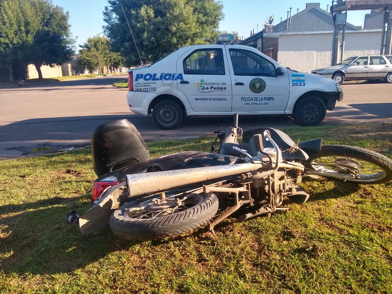 Accidente de tránsito en calles 407 y 432: un móvil policial colisionó con una moto