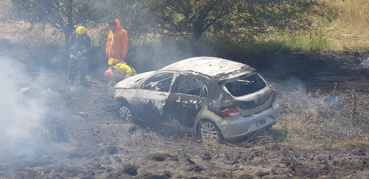 Despiste e incendio de un auto en plena ruta a unos 3 kilómetros de Macachín