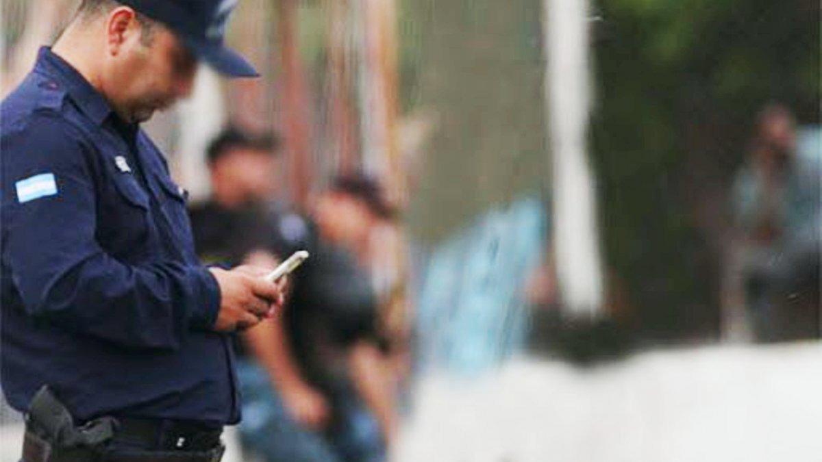 Córdoba le prohibió a sus policías usar celulares y redes sociales
