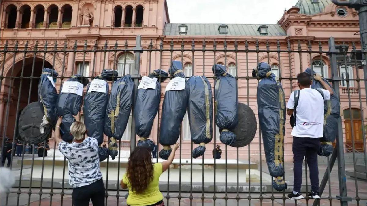 """El Gobierno de La Pampa repudió las """"bolsas mortuorias"""" frente a Casa Rosada: """"Fue un acto de odio"""""""