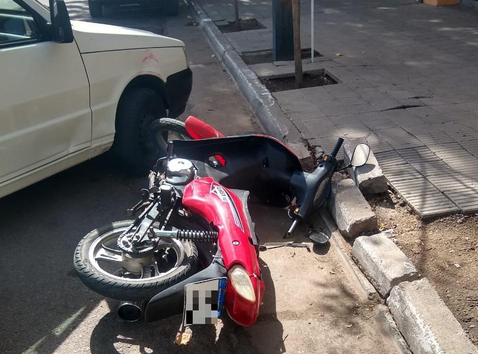 Iba a estacionar en el centro y lo chocaron: Un motociclista fue trasladado al Hospital