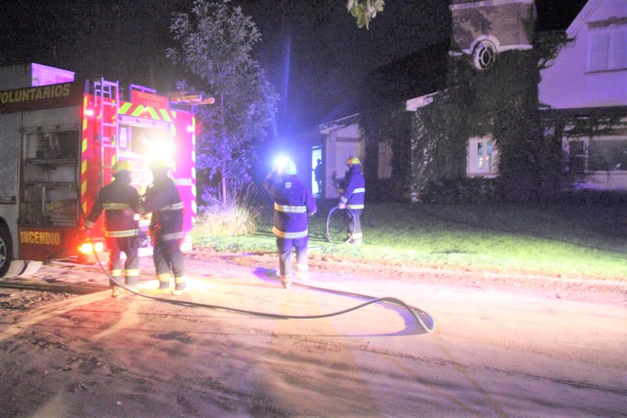 Bomberos trabajaron sobre principio de incendio ocurrido en el garage de una vivienda