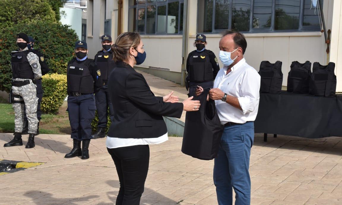 Se llevó a cabo un acto de entrega de chalecos de seguridad a mujeres policías