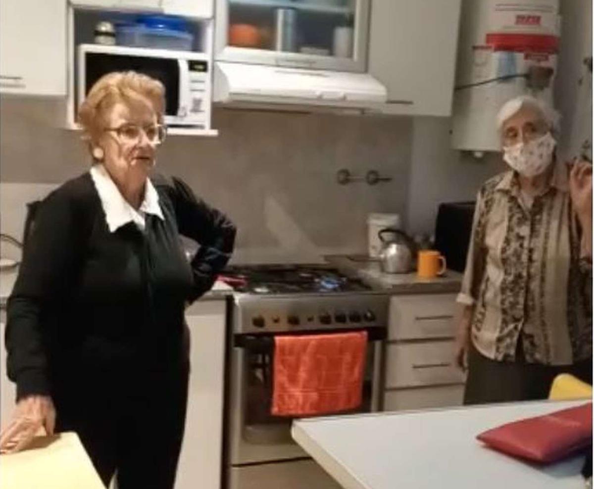 Tandil: la emoción de dos abuelas cuando se enteran de que serán vacunadas