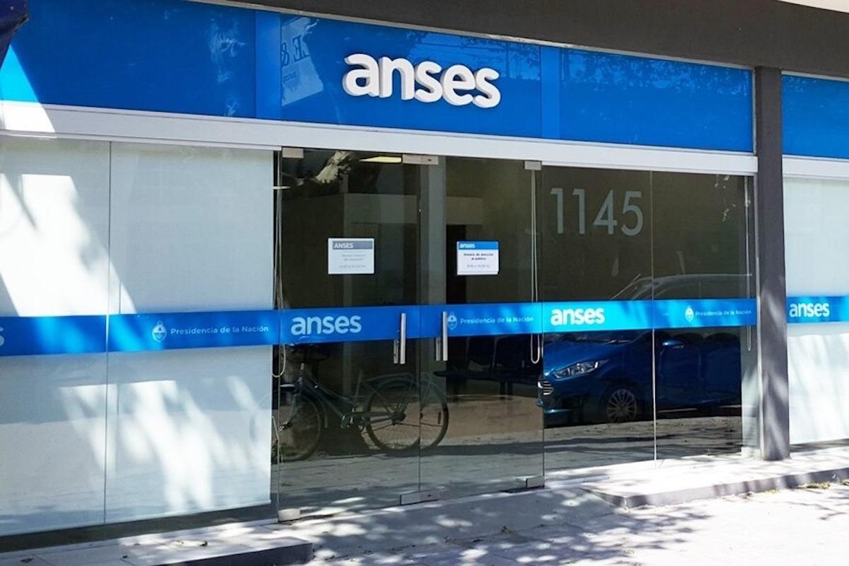 Calendario de pagos de Anses: fechas de cobro de abril de AUH, AUE, PNC, jubilaciones y pensiones
