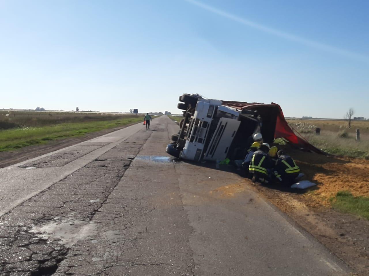 Accidente en Ruta 188: Un camionero que intentaba evitar los pozos del camino terminó volcando en la banquina