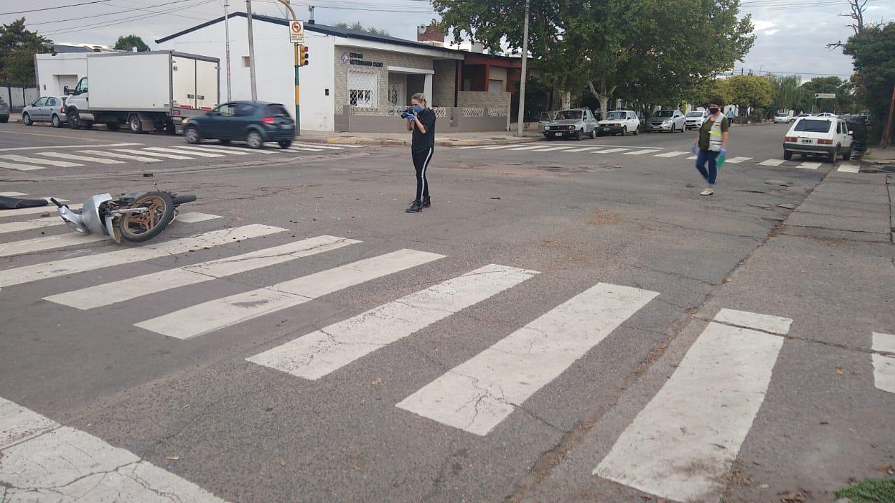 General Pico: Un menor cruzó semáforo en rojo, dobló en contramano y terminó chocando