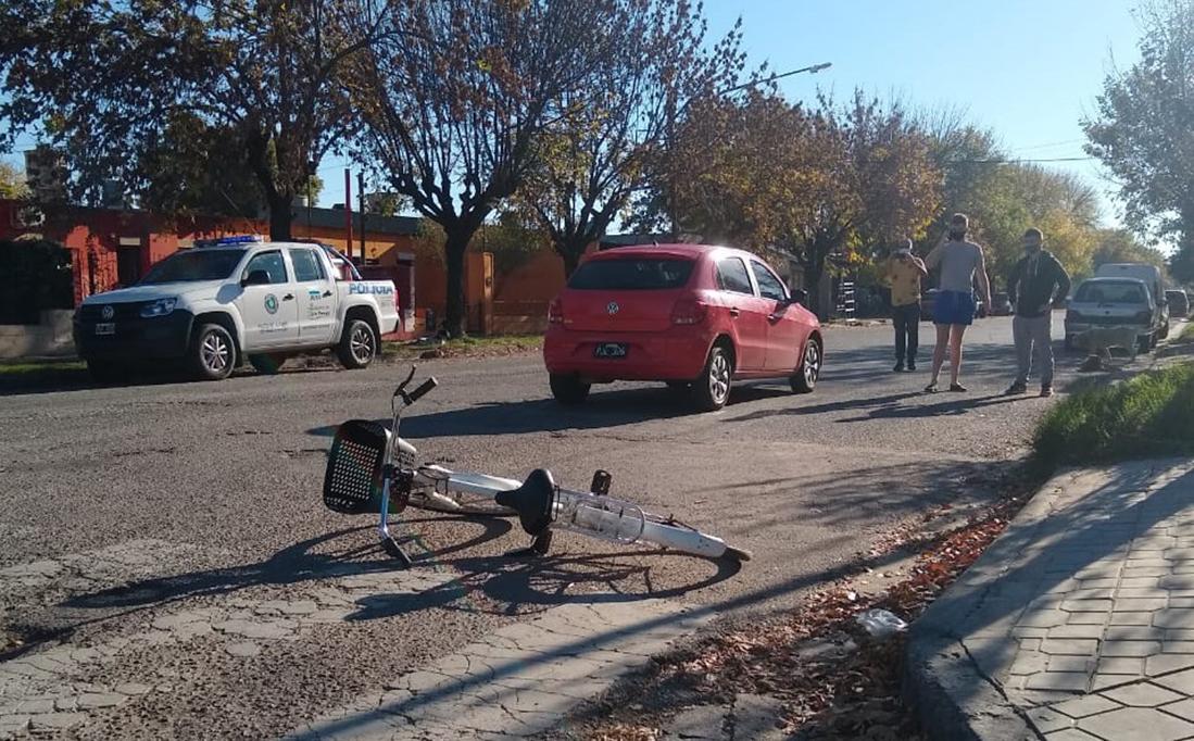 Choque entre auto y bicicleta en barrio Roca: Mujer ciclista fue trasladada al Hospital