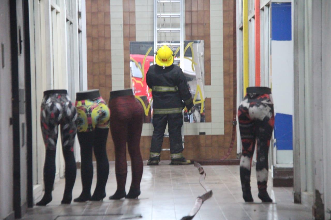 Bomberos controlaron principio de incendio en la planta alta de un comercio céntrico