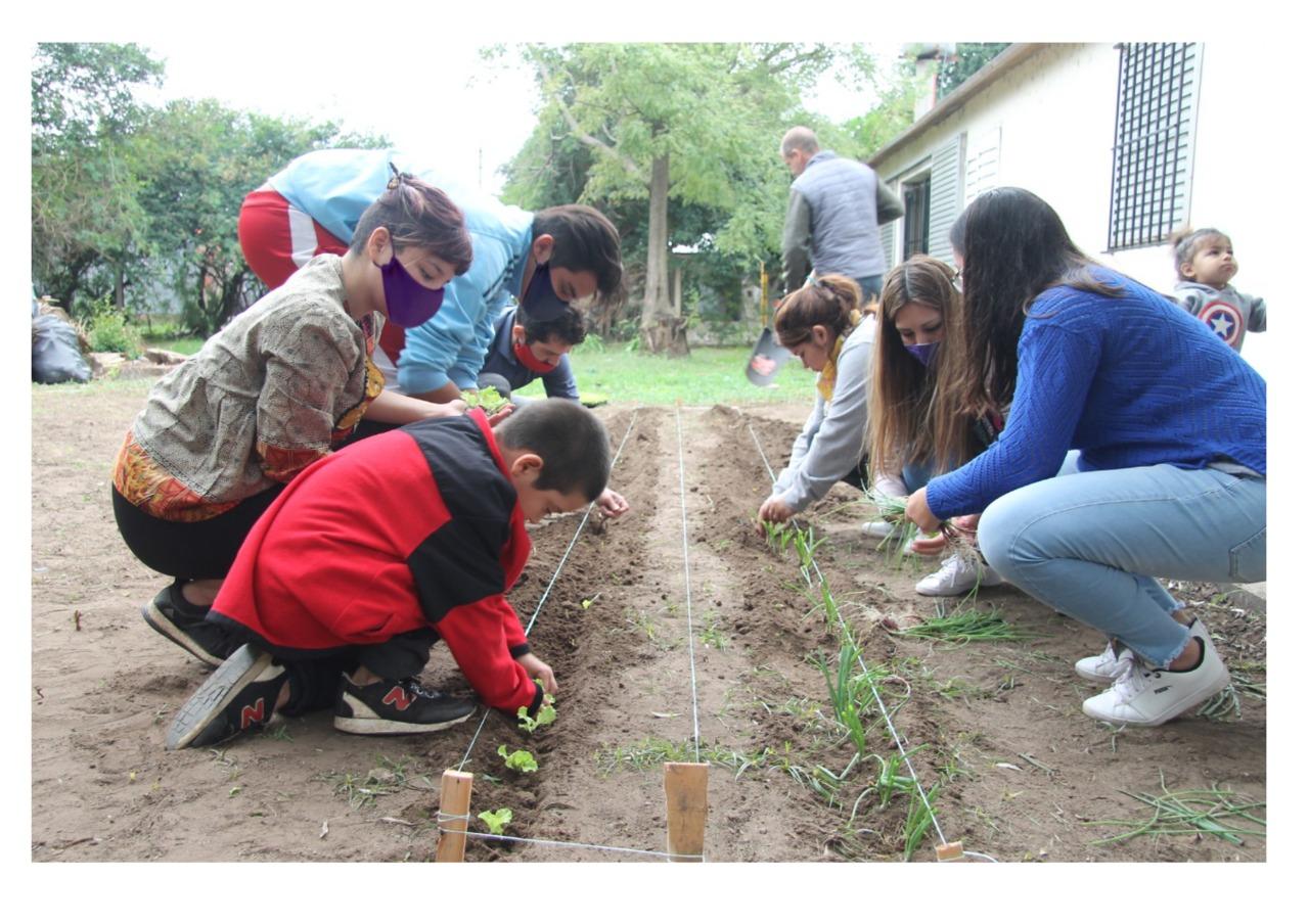 Residentes del hogar de mujeres trabajan en un proyecto de huerta