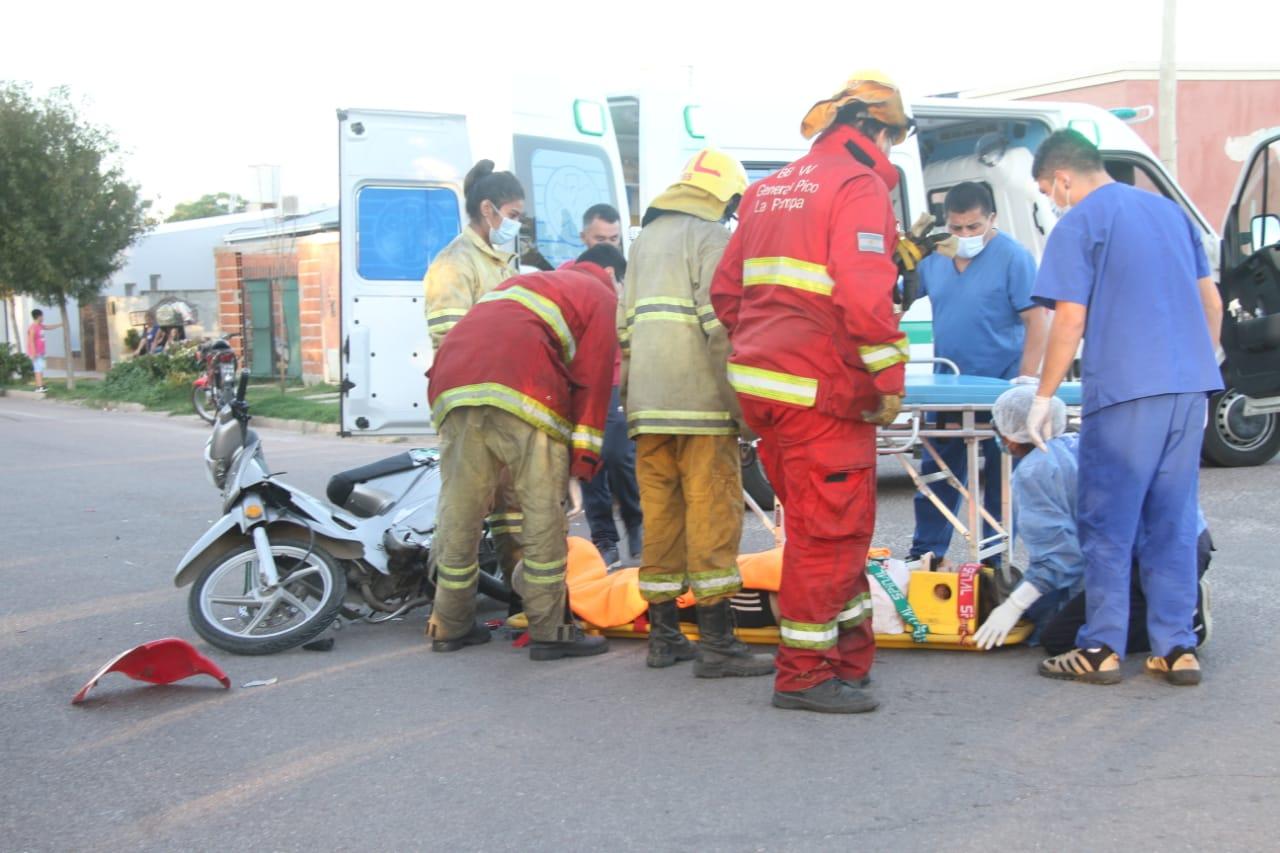 Chocaron dos motos: Una de ellas se dio a la fuga y dejó a una mujer tirada y herida sobre la cinta asfáltica