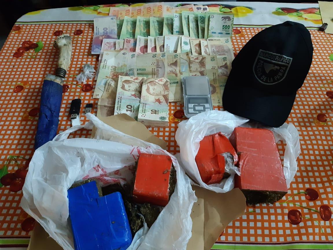 Tras una serie de operativos y una persecución, la Policía detuvo a dos hombres por venta de droga en Santa Rosa