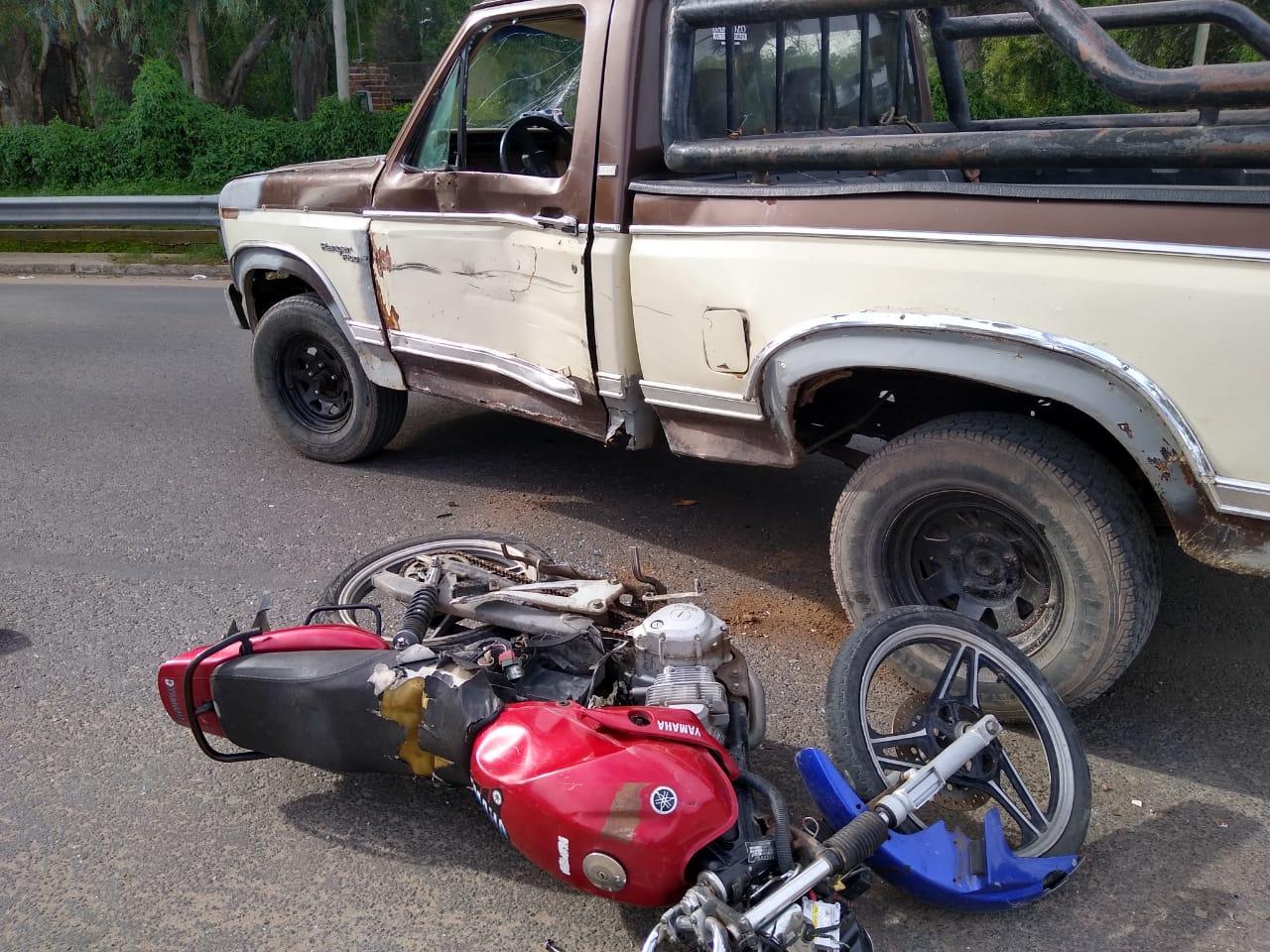 Fuerte choque en barrio Ranqueles: Un motociclista fue trasladado al Hospital