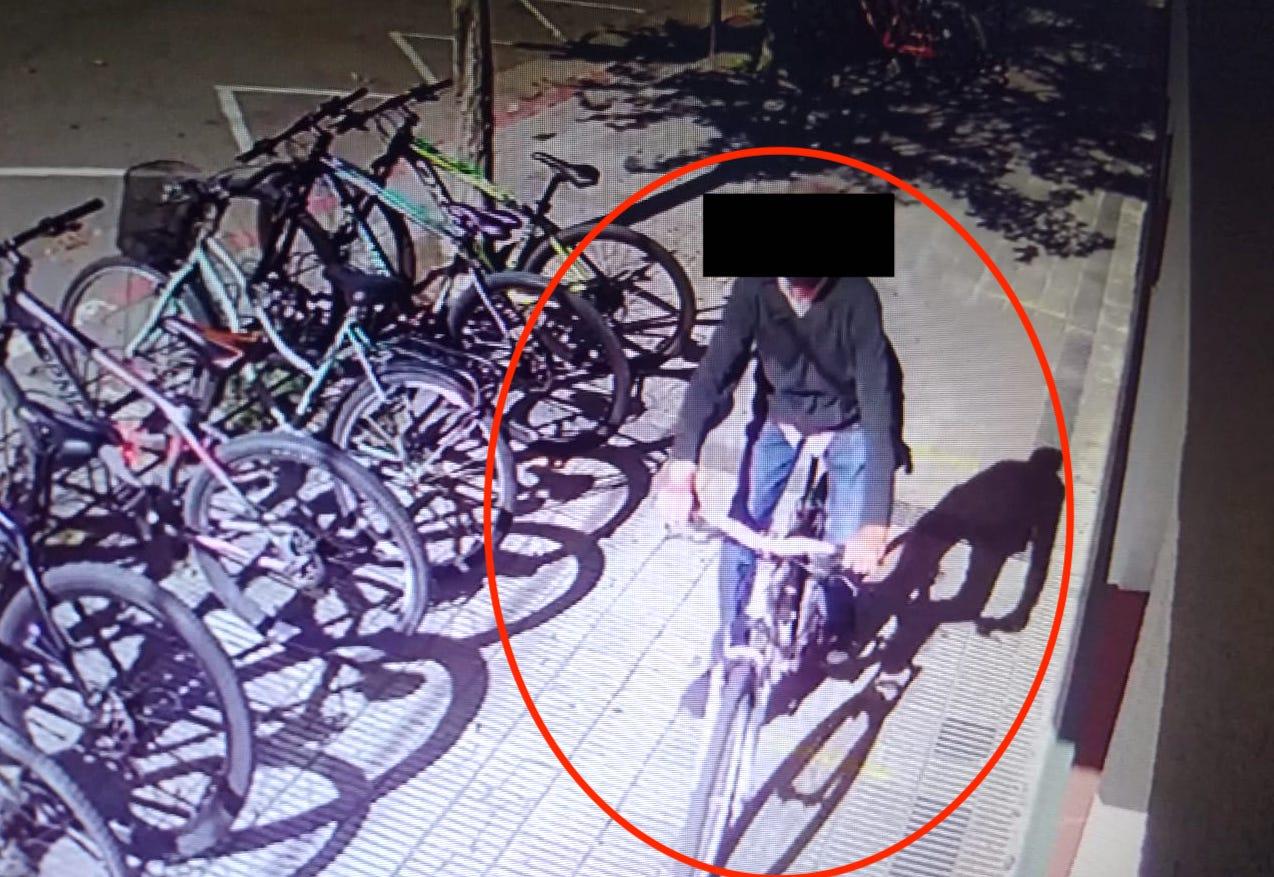Un hombre quedó grabado por las cámaras al robar una bicicleta en una escuela piquense