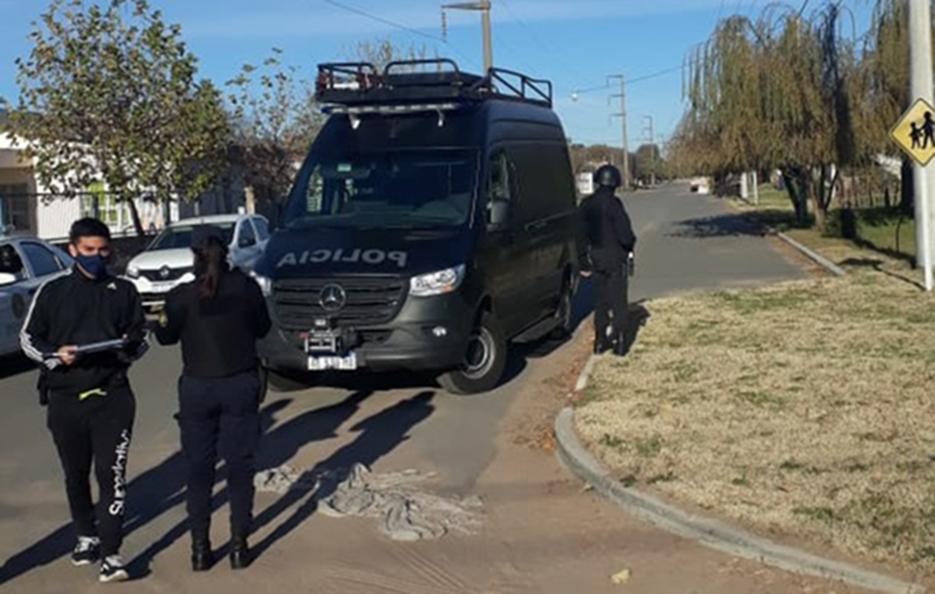 """Violento robo en barrio Carlos Berg: Tras un allanamiento, la Policía detuvo a tres delincuentes y también quedó """"demorado"""" el vecino damnificado"""
