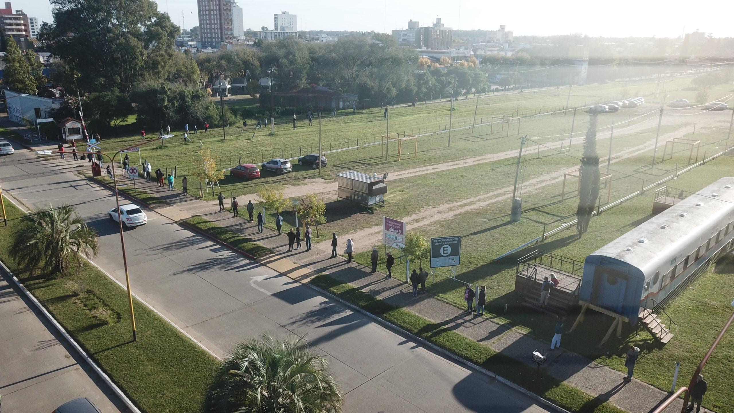 """FOTOS DESDE EL DRONE: Más de 400 metros de cola en la """"búsqueda activa"""" de General Pico"""